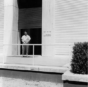 Max Weiler vor dem Österreich-Pavillon auf der 30. Biennale in Venedig, 1960