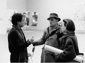 Edelbert Köb (damals Präsident der Secession), Max und Yvonne Weiler in der Wiener Secession, nach der Hängung der  Ausstellung, Januar 1988