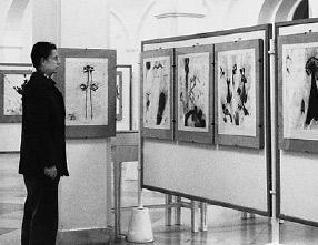 Max Weiler in seiner Ausstellung «Arbeiten auf Papier von 1931–1978» in der Graphischen Sammlung Albertina, Wien 1978
