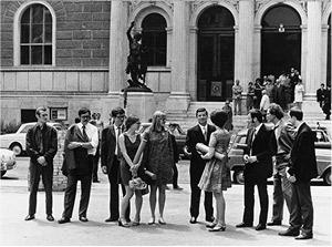 Max Weiler mit seinen Studenten anlässlich deren  Diplomverleihung vor der Akademie der bildenden Künste Wien, 1968